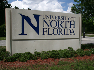 The soon-to-be-replaced sign at the Kernan Blvd. entrance to UNF (photo by Julie Williams)